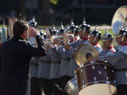 Bolsonaro bate continência aos militares.