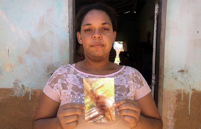 Jane Kelle com a foto filho, Ruan Miguel, que morreu na tragédia.