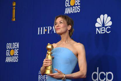 Renée Zellweger segura seu Globo de Ouro no domingo.