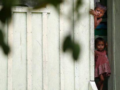 Crianças Yanomami, nas proximidades do rio Uraricoera, área invadida pelo garimpo.