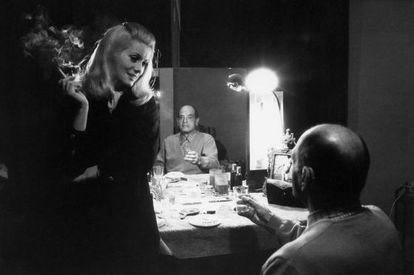 Catherine Deneuve e Luis Buñuel nas filmagens de 'A Bela da Tarde', em 1966.