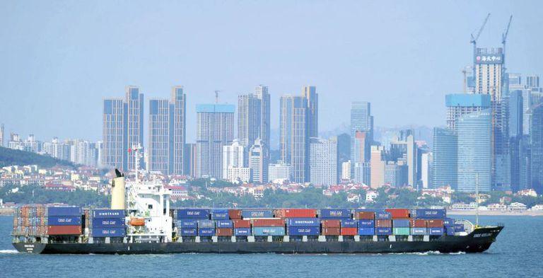 Um navio de carga navega perto da cidade chinesa de Qingdao.