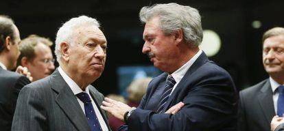 O chanceler espanhol, José Manuel García-Margallo (e), e seu par de Luxemburgo, Jean Asselborn, no Conselho nesta segunda-feira.