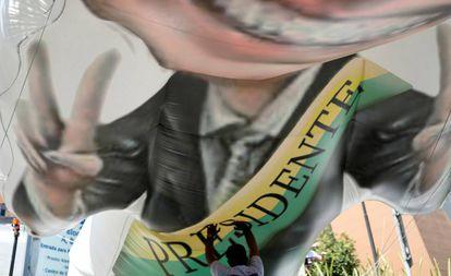 Apoiador de Bolsonaro prepara inflável do deputado em frente ao hosputal Albert Einstein, onde o deputado está internado.