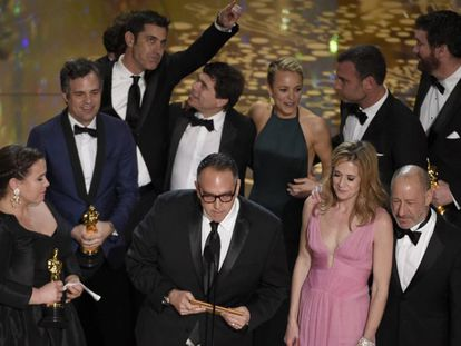 A equipe de 'Spotlight' ao receber o Oscar de melhor filme.