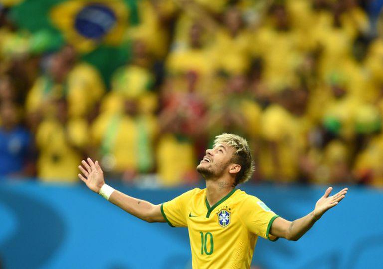 Neymar comemora um dos seus gols contra Camarões.