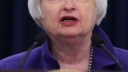 Janet Yellen, presidenta do Fed, anuncia a alta de juros.