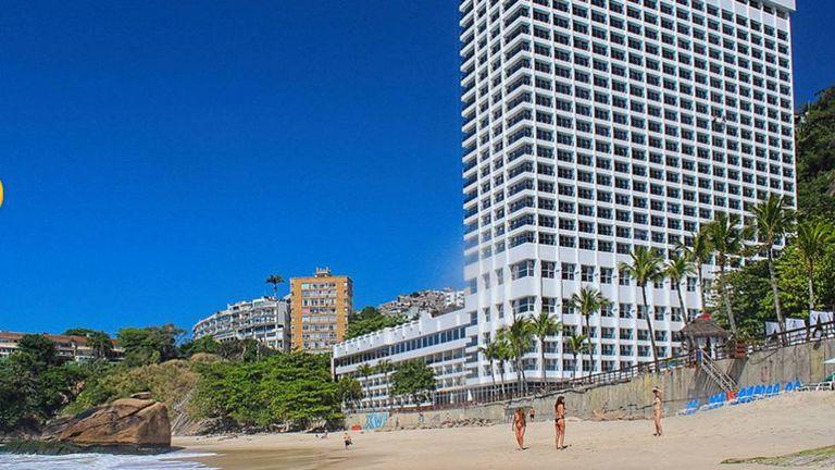 Após pressão de moradores, o hotel construiu uma escadaria com 141 degraus para o acesso à praia aos não hóspedes