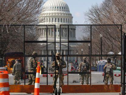 Membros da Guarda Nacional vigiam os arredores de um Capitólio blindado, em Washington.