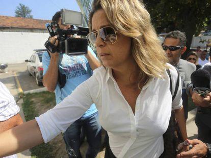 Françoise Amiridis, viúva do embaixador grego, chegando na delegacia.