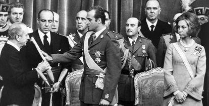 Dom Juan Carlos faz um juramento à Constituição perante o presidente das Cortes, Alejandro Rodríguez de Valcárcel, em 22 de novembro de 1975.