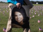 Washington (United States), 22/09/2020.- Chris Duncan of Alexandria, Virginia, walks with a picture of his mother Constance Duncan, who died with COVID-19 on her 75th birthday, among thousands of flags placed to memorialize Americans that died with COVID-19; near the base of the Washington Monument on the National Mall in Washington, DC, USA, 22 September 2020. The 'COVID Memorial Project' installed 20,000 flags near the Washington Monument to memorialize the two hundred thousand people in the United States who have died with COVID-19. (Estados Unidos, Alejandría) EFE/EPA/MICHAEL REYNOLDS