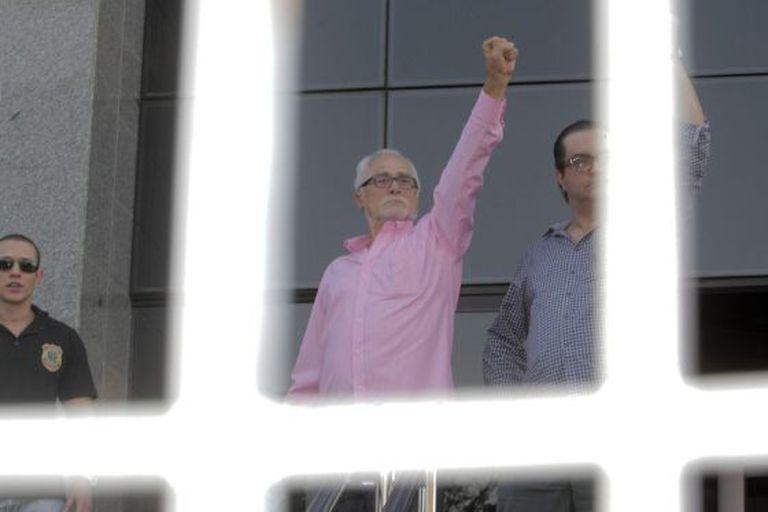 O deputado José Genoino (de rosa) ao se apresentar à polícia