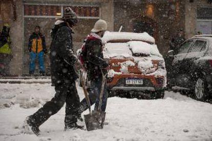 A neve obriga alguns barilochenses a levar a pá ao trabalho