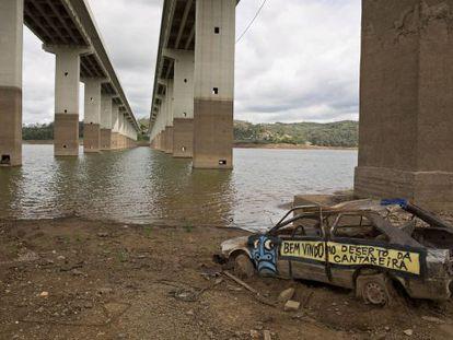 Carro abandonado em Atibainha, que integra o sistema Cantareira.