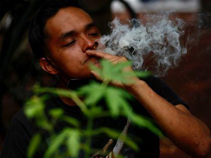 Um ativista do Plantón420 fuma um cigarro de maconha em protesto para exigir a regularização de seu consumo.