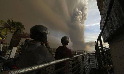 A coluna de fumaça do vulcão Taal, próximo de Manila, capital das Filipinas.