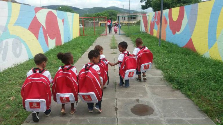 Mochilas distribuídas pela prefeitura de Jequié.