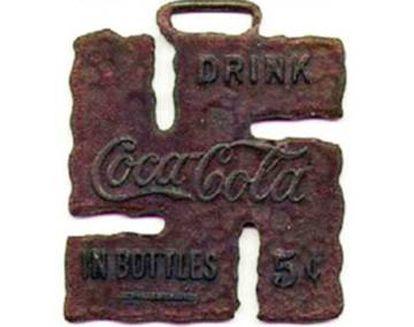 A Coca-Cola e a cervejaria Carlsberg, entre outras empresas, adotaram a suástica como símbolo de boa sorte. A marca de refrigerantes criou esta insígnia em 1925.