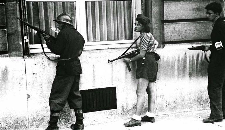 A resistente Simone Ségouin em combate em Paris, em 1944.