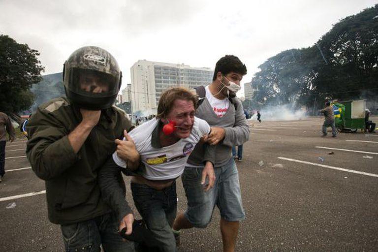 Manifestante afetado por gás lacrimogêneo é atendido.