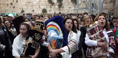 Mulheres judias com a Torá depois de rezarem no Muro das Lamentações, em Jerusalém.