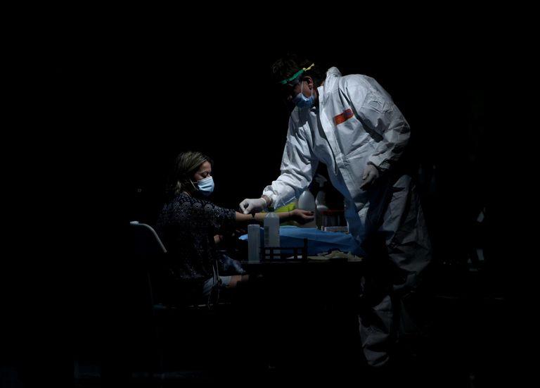Profissional sanitário colhe o sangue de uma mulher num centro cultural de Arroyomolinos, em Madri, em 7 de setembro.