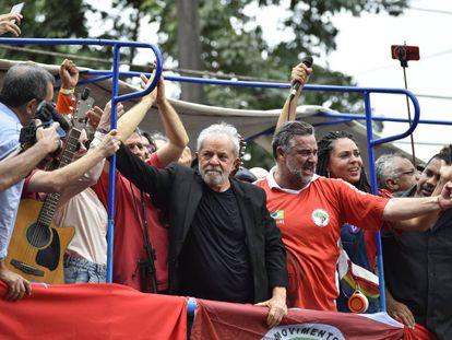 Lula discursa a apoiadores em São Bernardo do Campo, na Grande SP.