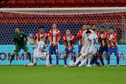 Messi cobra falta contra o Paraguai; ambos estão nas quartas da Copa América