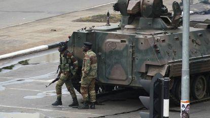 Um veículo blindado na manhã desta quarta-feira, na rua onde fica a sede da presidência, em Harare