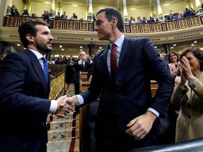 Pablo Casado, líder da oposição, cumprimenta Pedro Sánchez depois da votação desta terça-feira no Congresso.