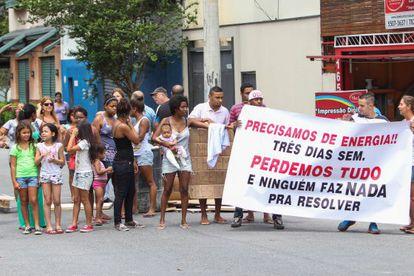 Moradores do Brooklin, em São Paulo,. protestam por falta de energia, no dia 12.