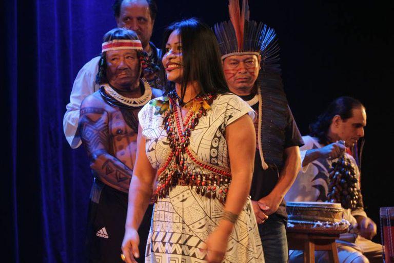 A cantora Djuena Tikuna durante a abertura do Sonora Brasil.