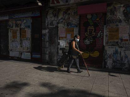 Mulher numa rua de Vallecas (Madri), na primeira manhã das restrições à mobilidade.
