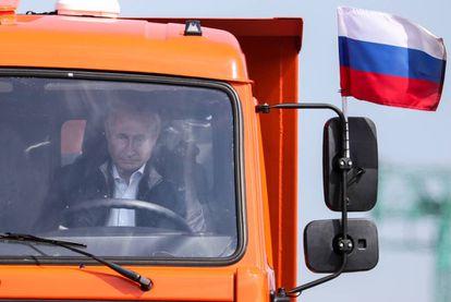 Putin cruza a ponte sobre o estreito de Kerch, em maio passado, dirigindo um caminhão Kamaz.