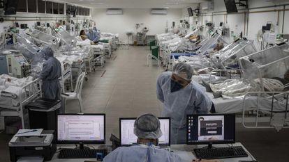 Pacientes com covid-19 no Hospital Municipal de Campanha Gilberto Novaes, em Manaus, em 16 de outubro.