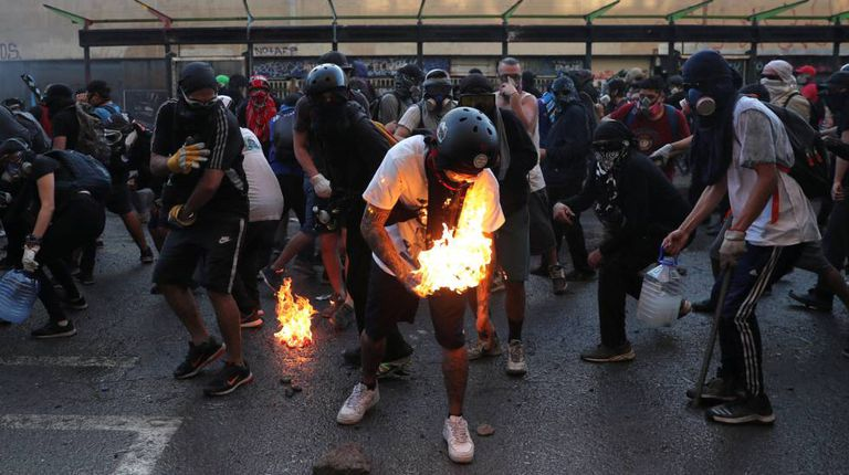 Una escena de protesta en Santiago de Chile, este viernes.