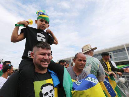 Seguidores do presidente eleito amanhecem diante do Palácio do Planalto, onde Bolsonaro recebe a faixa presidencial nesta terça, dia 1º.