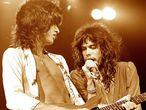 Joe Perry e Steven Tyler, do Aerosmith, durante um show em 1975. Os dois músicos eram conhecidos como The Toxic Twins (Os Gêmeos Tóxicos) por seu vício em substâncias. GETTY