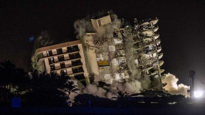 O momento da demolição do edifício em Miami, neste domingo.