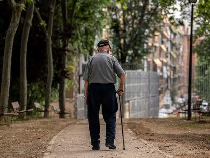 Homem idoso caminha pelo Parque Caramuel, no bairro Puerta del Ángel, em Madri, em 5 de junho.