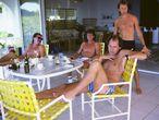 Mark Knopfler, en primer término, posa en la isla de Montserrat junto al resto de la formación de Dire Straits en 1985, el año en que fue lanzado el tema 'Money for nothing'. El otro miembro del grupo, John Illsey, no quiso salir en la foto: solo se intuyen las piernas a la izquierda de la imagen.