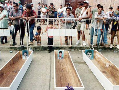 Moradores de Barrancabermeja, diante de caixões com fotos dos desaparecidos no massacre de 1998.