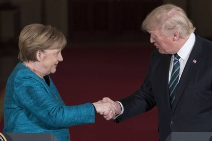 Donald Trump aperta a mão da chanceler alemã, Angela Merkel.