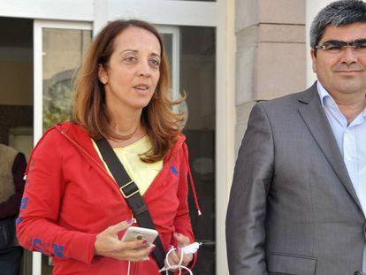 A colunista Ebru Umar, à esquerda, após sua libertação.