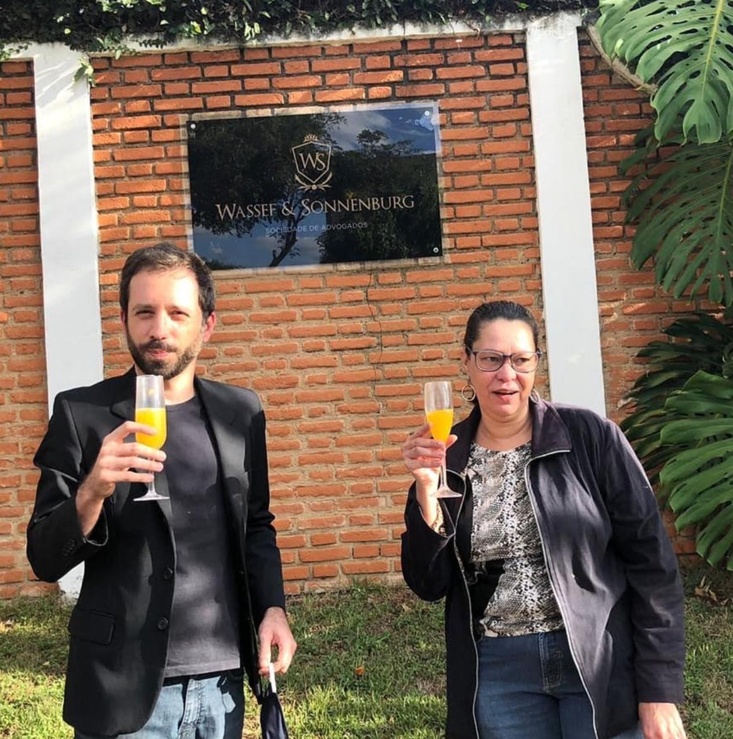 Em foto publicada no Instagram, Heloísa de Carvalho, filha de Olavo de Carvalho, celebra com o amigo Bruno Todd a prisão de Queiroz.