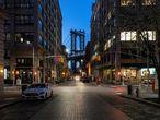 El barrio Dumbo, ubicado en Brooklyn, con vistas al puente de Manhattan, vacío. Este barrio tiene una gran vida gastronñomica y uno de los mejores mercados de todo Nueva York. Por lo que tanto vecinos como turistas se suelen encontrar en sus calles. El 17 de marzo comenzó el toque de queda para los bares neoyorquinos, que deben cerrar a partir de las ocho de la noche. No todos lo han respetado.