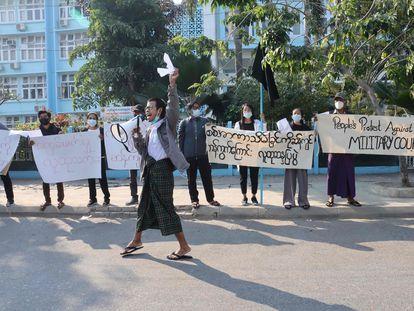 Manifestantes contra a junta militar em Mandalay, segunda maior cidade de Mianmar, nesta quinta-feira.