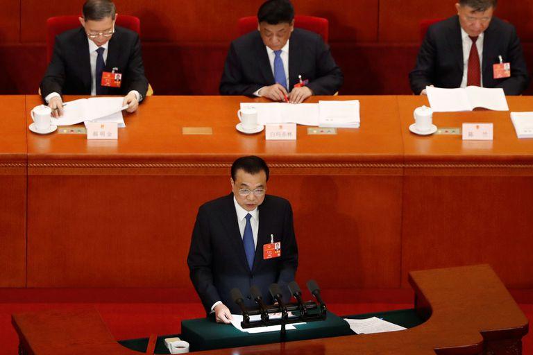 O primeiro-ministro chinês, Li Keqiang, apresenta o relatório de trabalho do Governo na cerimônia inaugural da sessão legislativa anual.
