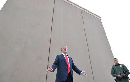 Donald Trump inspeciona muro construído em San Diego, Califórnia.